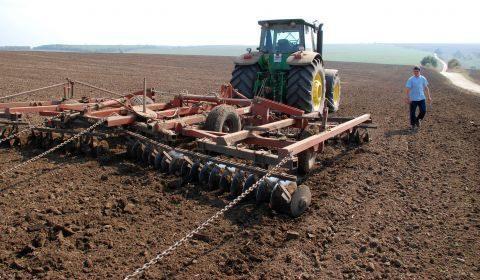 сеитба нива трактор